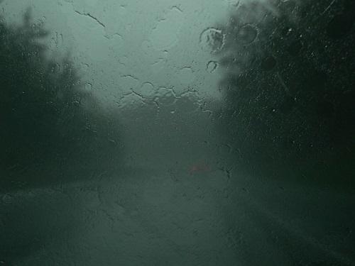 Janela molhada sem visibilidade para a rua